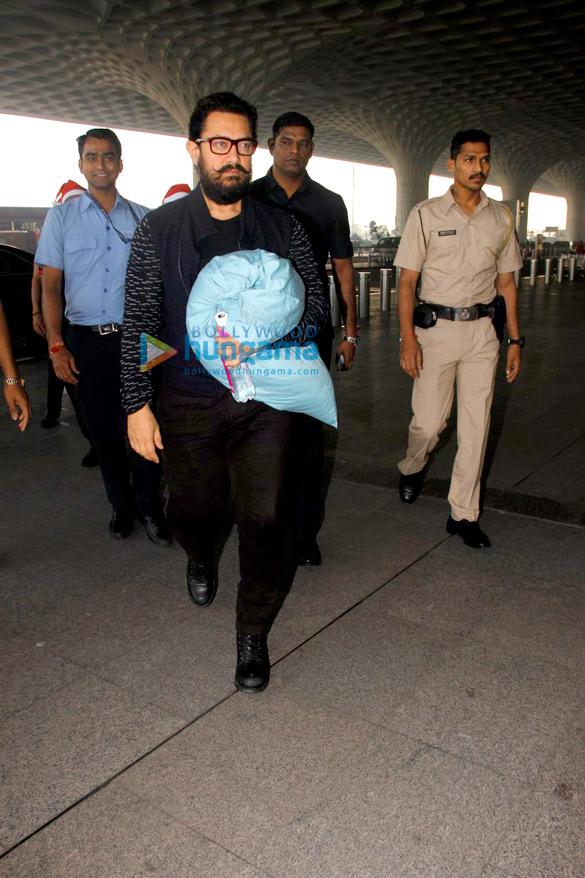 'दंगल' के प्रमोशन के लिए दिल्ली रवाना होते हुए आमिर खान और कास्ट