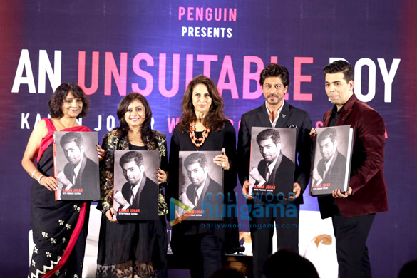 करण जौहर की ऑटोबायोग्राफ़ी 'एन अनसूटेबल ब्वॉय' का अनावरण करते शाहरुख खान