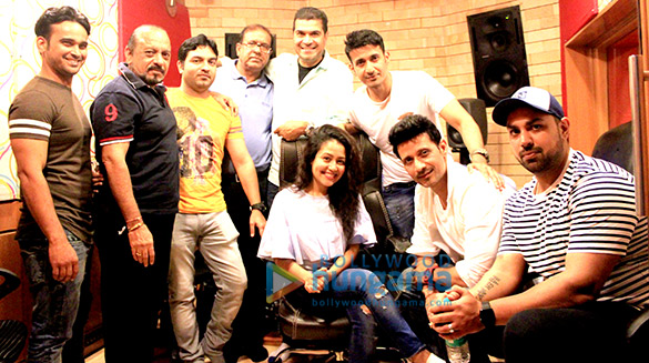 नेहा कक्कड़ और दीप मणि ने फिल्म 'वीरे की वेडिंग' के 'टल्ली टल्ली' को रिकॉर्ड किया