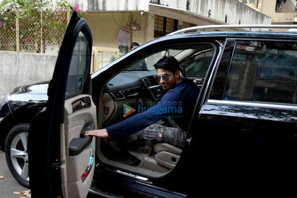 सिद्धार्थ मल्होत्रा  बांद्रा में मैट्रिक्स ऑफिस में मीटिंग के बाद आए नजर