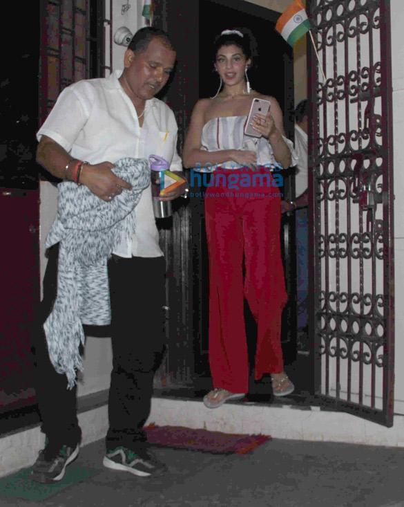 जैकलीन फर्नांडीज बांद्रा में डबिंग सेशन के बाद आईं नजर