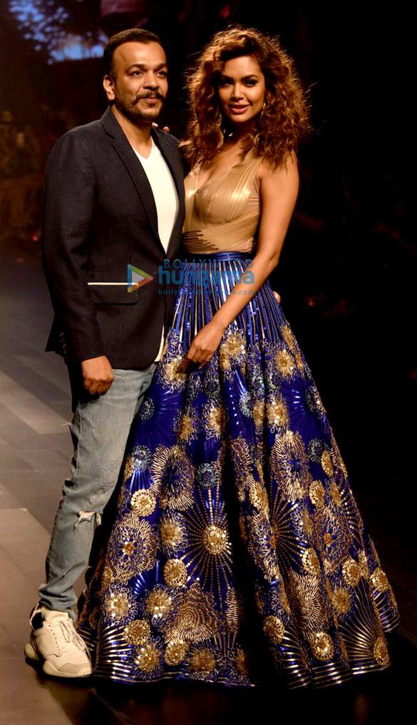 ईशा गुप्ता ने लैक्मे फैशन वीक 2017 में अमित अग्रवाल के लिए रैंपवॉक किया