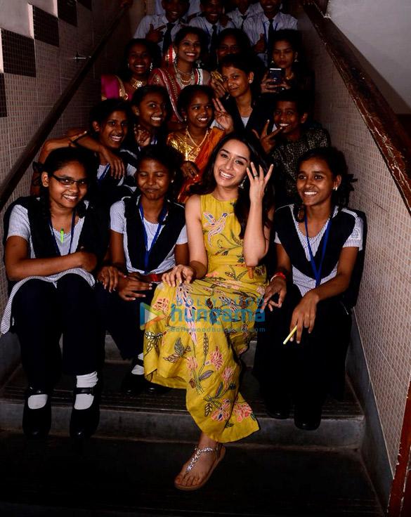 श्रद्धा कपूर प्रभादेवी, मुंबई में एक नगरपालिका स्कूल पहुंची