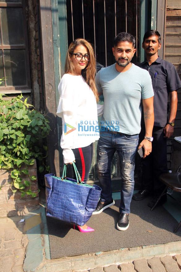 बांद्रा स्थित पाली विलेज कैफ़े में अमृता अरोड़ा अपने पति के साथ आईं नजर