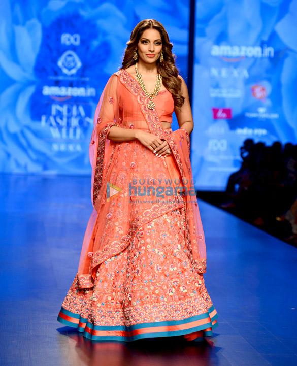 बिपाशा बसु ने अमेजॉन फ़ैशन वीक में डिजाइनर करिश्मा और दीपा सोंधी के लिए रैंप वॉक किया
