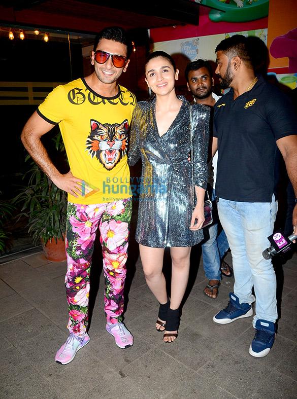 रणवीर सिंह, आलिया भट्ट, कल्कि कोचलिन, डिवाइन जोया अख्तर की 'गली बॉय' की शूटिंग खत्म होने की पार्टी में शामिल हुए