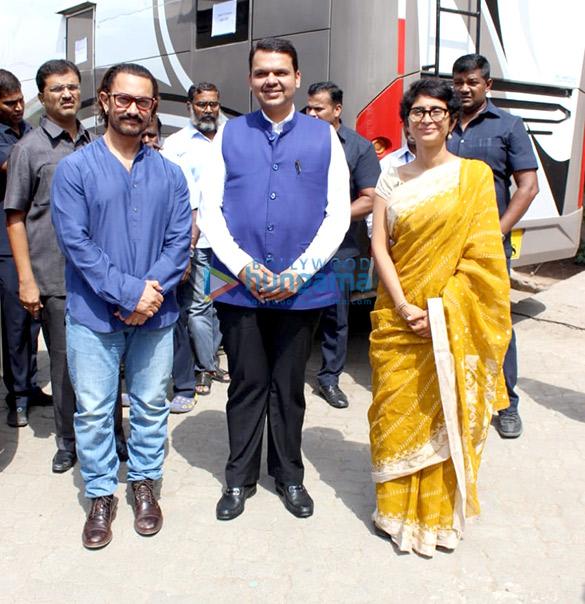 आमिर खान, किरण राव महाराष्ट्र के मुख्यमंत्री देवेंद्र फडणवीस के साथ आए नजर