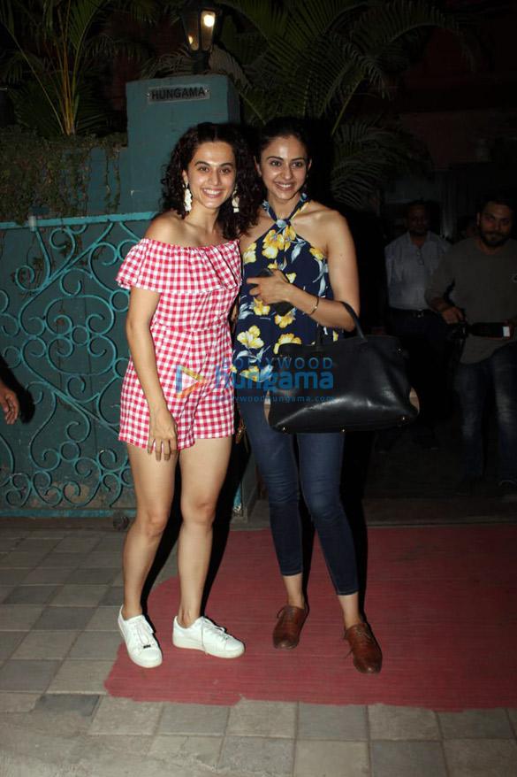 रकुल प्रीत सिंह और तापसी पन्नू जुहू में कोपा में आईं नजर