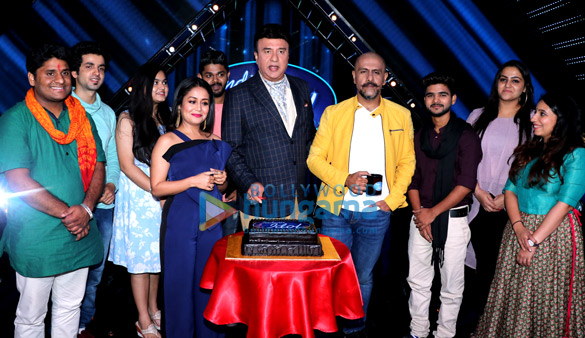 अनु मलिक, विशाल डडलानी और नेहा कक्कड़ इंडियन आइडल के सेट पर प्रतियोगियों के साथ आईं नजर