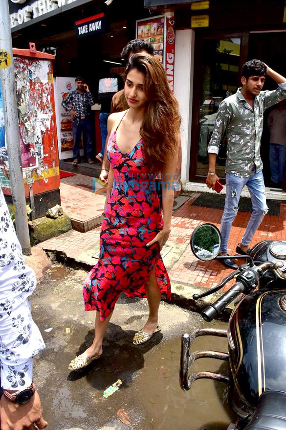 टाइगर श्रॉफ़ और दिशा पटनी बैस्टियन, बांद्रा में आईं नजर
