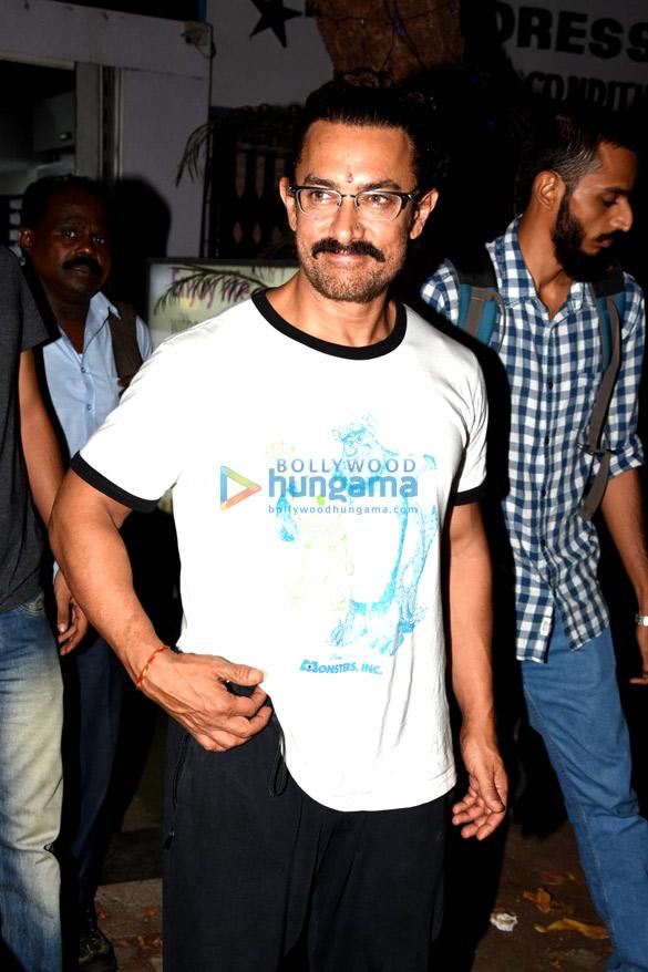 आमिर खान बांद्रा में अपना नया चश्मा कलेक्ट करने के बाद आए नजर