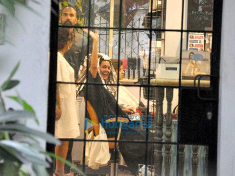 ईशा गुप्ता और नव्या नवेली  क्रॉमके सैलून में आईं नजर