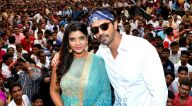 अर्जुन रामपाल और ऐश्वर्या राजेश घाटकोपर, मुंबई में दहीहंडी समारोह में अपनी फ़िल्म 'डैडी' के गाने 'आला रे आला गणेश' को लॉंच करते