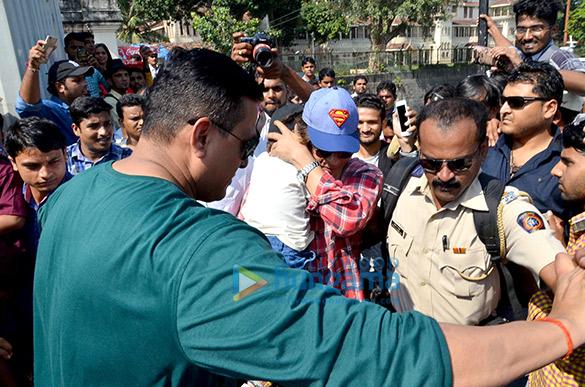 शाहरुख खान, गौरी खान और उनके बच्चें गेटवे ऑफ इंडिया पर आए नजर