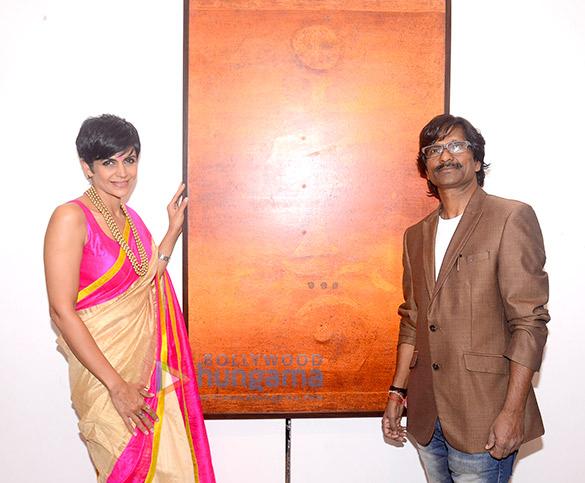 मंदिरा बेदी ने रमेश थोरट की पेंटिंग प्रदर्शनी का उद्घाटन किया