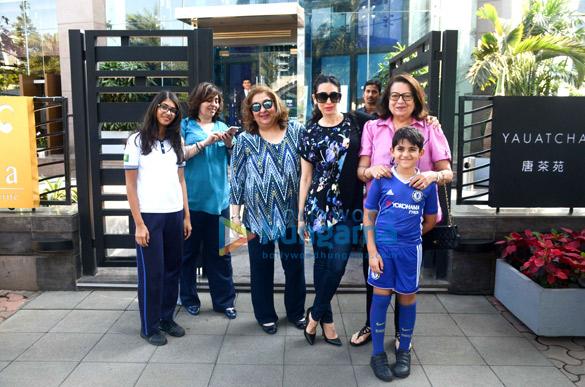 करिश्मा कपूर अपने परिवार के साथ बीकेसी, यौचा में आईं नजर
