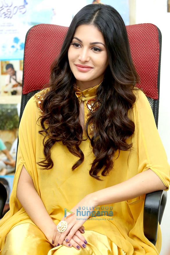अमायरा दस्तूर एक फोटोशूट में पीले रंग की ड्रेस में आईं नजर