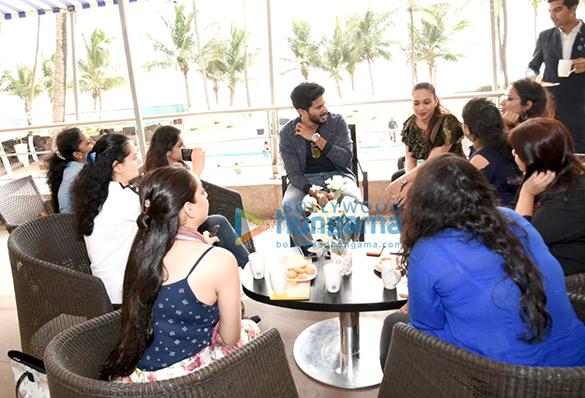 नोवोटल, जुहू में दुलकएर सलमान महिला पत्रकारों के साथ बातचीत करते हुए