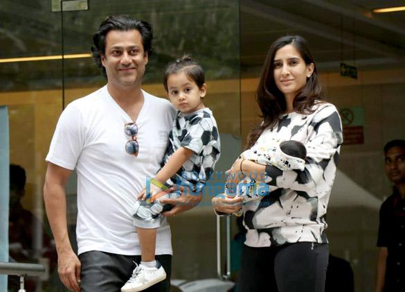 हिंदुजा हॉस्पिटल में अभिषेक कपूर अपनी पत्नी प्रज्ञा यादव और अपने नवजात बेटे शमशेर के साथ आए नजर