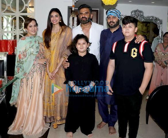 अथिया शेट्टी, सुनील शेट्टी और अन्य गणपति पूजा के लिए अजय कपूर के घर आए नजर