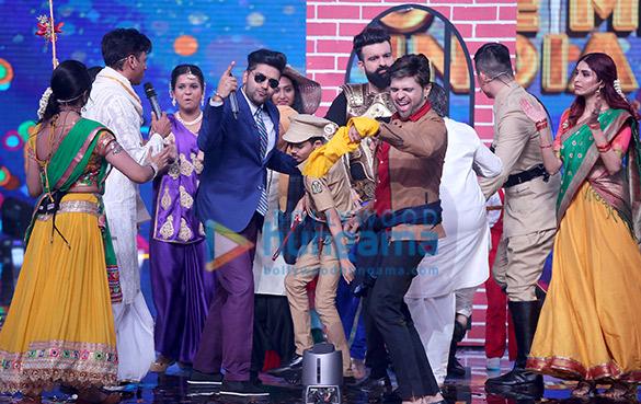 हिमेश रेशमिया, गुरु रंधावा और नेहा भसीन ने रिएल्टी शो लव मी इंडिया के सेट पर आईं नजर
