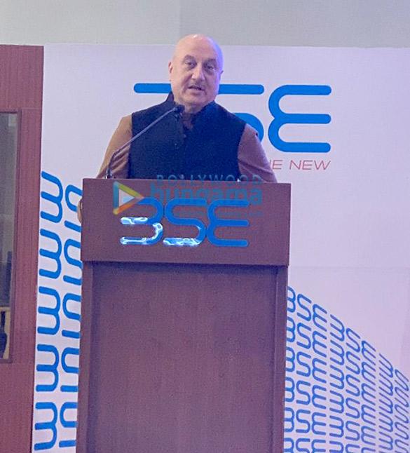 अनुपम खेर ने अपनी फिल्म द एक्सीडेंटल प्राइम मिनिस्टर को प्रमोट करने के लिए शेयर बाजार ओपनिंग की घंटी बजाई