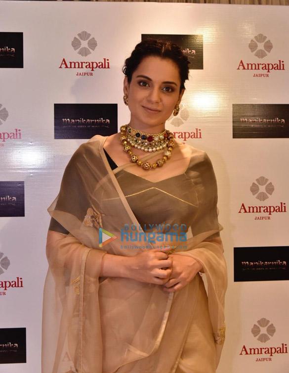 आम्रपाली स्टोर में कंगना रनौत ने अपनी फ़िल्म मणिकर्णिका-द क्वीन ऑफ़ झांसी के कलेक्शन को लॉंच किया