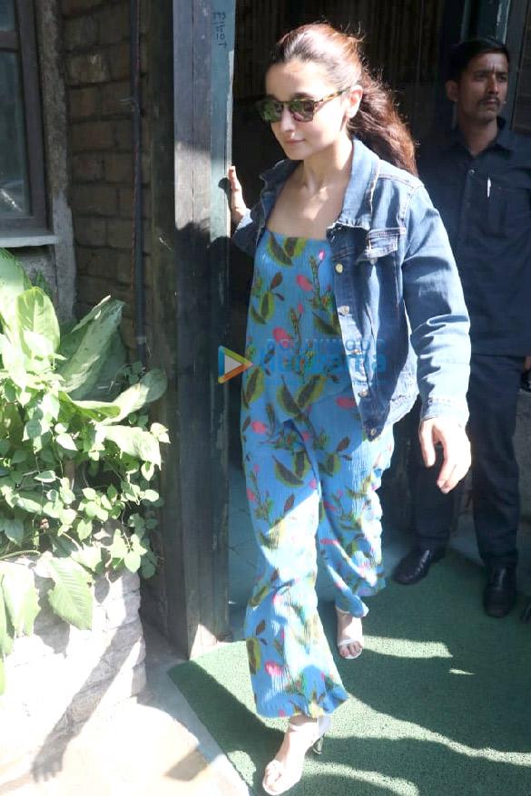 आलिया भट्ट पाली विलेज कैफ़े, बांद्रा में नजर आईं