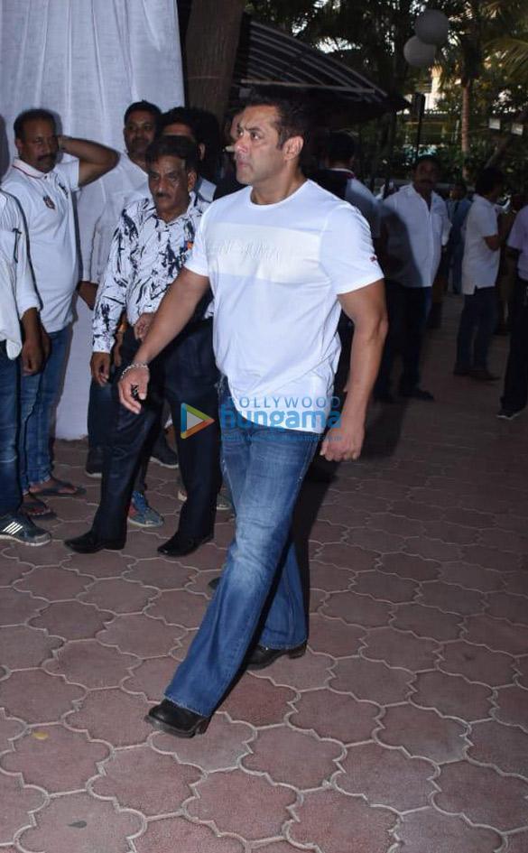 photos: सितारें अजय देवगन के पिता वीरू देवगन की प्रार्थना सभा में शामिल हुए