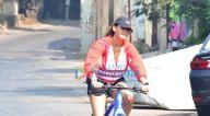 Photos: आईशा शर्मा बैंडस्टेंड में साइकिलिंग करते हुए नजर आईं