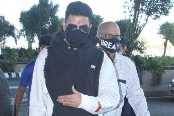 Spotted – अभिषेक बच्चन और शरद केलकर एयरपोर्ट पर स्पॉट हुए