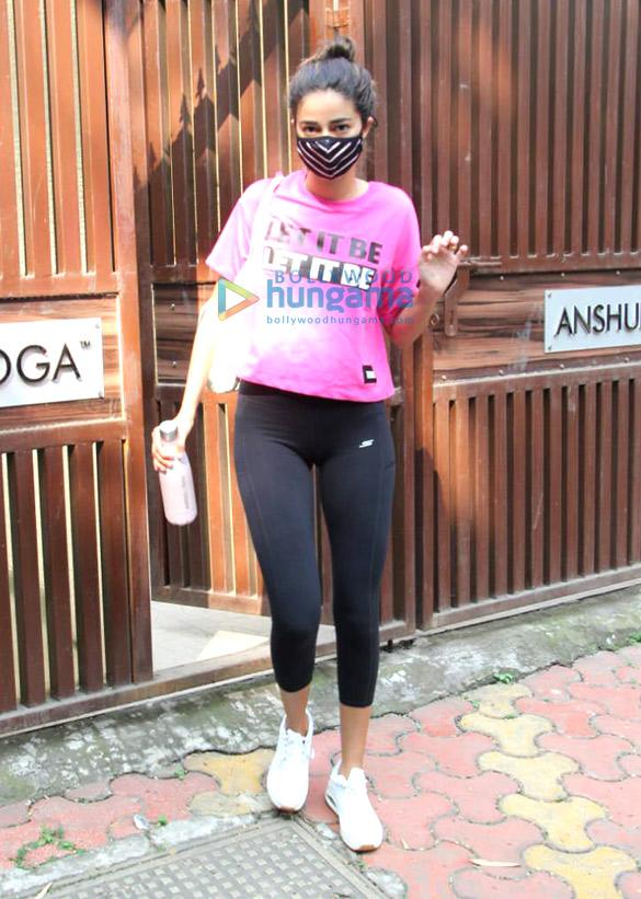 photos: अनन्या पांडे बांद्रा में योगा क्लास में नजर आईं