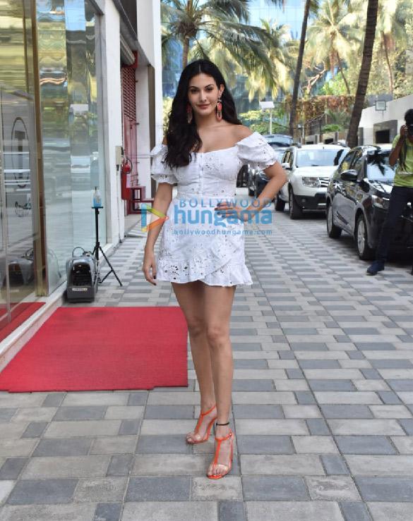 photos: अमायरा दस्तूर कोई जाने न के प्रमोशन के दौरान नजर आईं