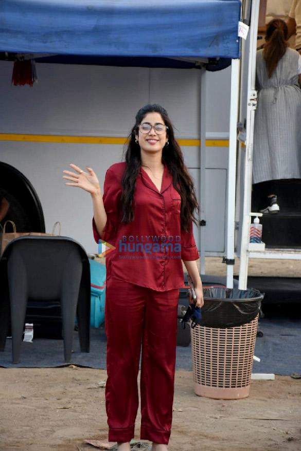 photos: जान्हवी कपूर एक एड शूट के लिए वर्सोवा में नजर आईं