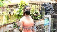 Photos: किम शर्मा बांद्रा में नजर आईं
