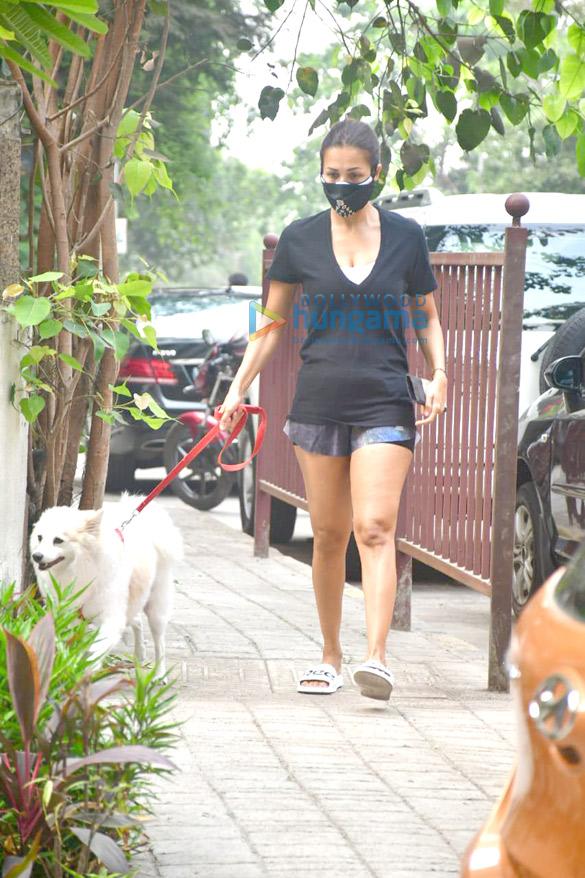 photos: मलाइका अरोड़ा अपने डॉगी के साथ अपने घर के पास नजर आईं