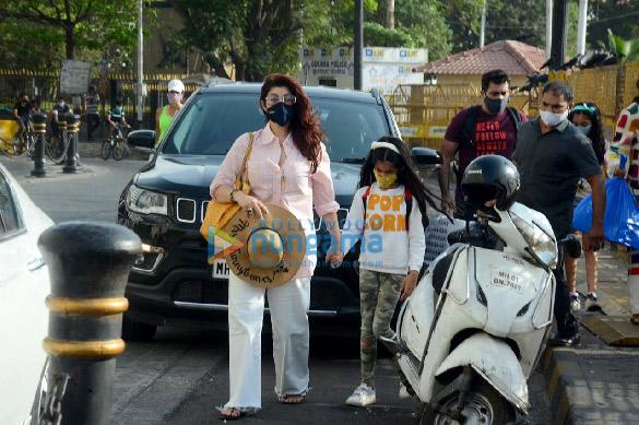 photos: ट्विंकल खन्ना अपनी बेटी नितारा कुमार के साथ गेटवे ऑफ इंडिया पर नजर आईं
