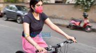 Photos: जाह्नवी कपूर और खुशी कपूर लोखंडवाला में साइकिल चलाती हुईं नजर आईं