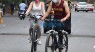 Photos: खुशी कपूर लोखंडवाला में साइकिल चलाते हुए नजर आईं