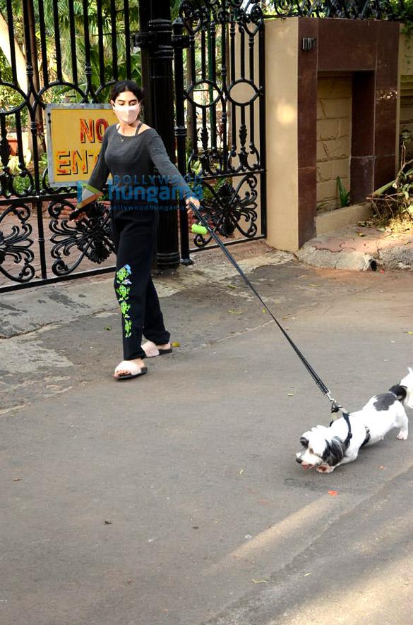 photos: खुशी कपूर लोखंडवाला में अपने डॉगी के साथ नजर आईं