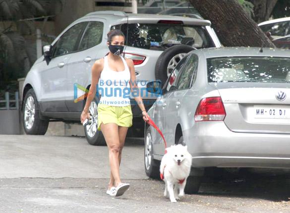 photos: मलाइका अरोड़ा अपने डॉगी के साथ मॉर्निंग वॉक करती हुई नजर आईं
