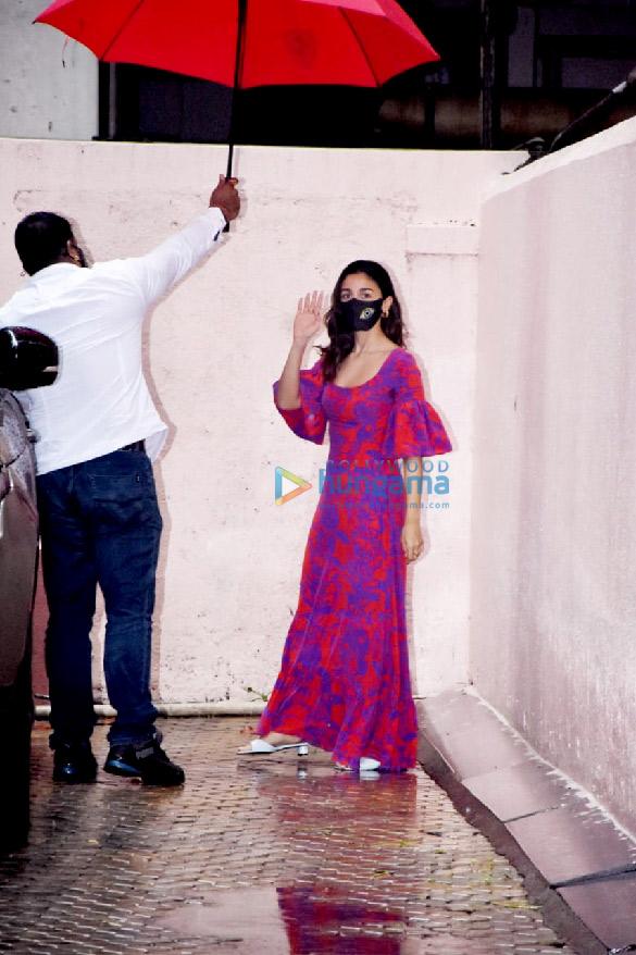 Photos: आलिया भट्ट संजय लीला भंसाली के ऑफिस में नजर आईं