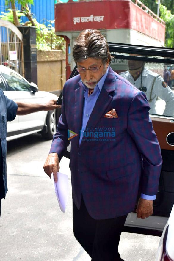 photos: अमिताभ बच्चन बांद्रा में शूटिंग के दौरान नजर आए