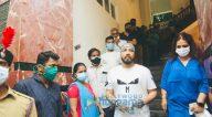 Photos: मीका सिंह, शक्ति कपूर व अन्य 2000 लोगों के टीकाकरण अभियान में शामिल हुए