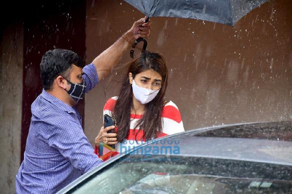 photos: पूजा हेगड़े और सारा अली खान pilates स्टूडियो में नजर आईं