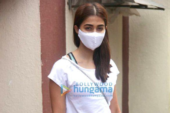 Photos: पूजा हेगड़े और जाह्नवी कपूर जिम में नजर आईं