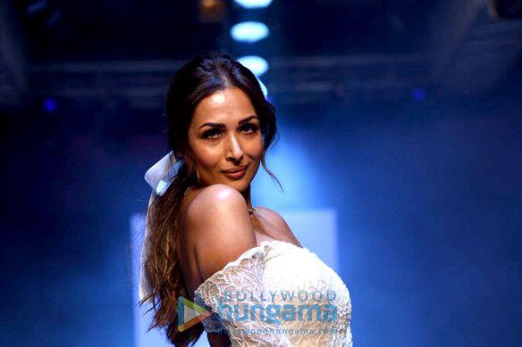 Photos: बॉम्बे टाइम्स फैशन वीक 2021 में मलाइका अरोड़ा ने रैंप वॉक किया